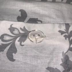 Parure de lit blanche et grise coton bouton transparent